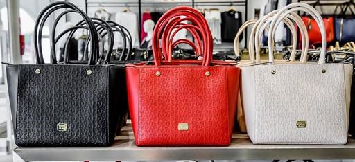 Fekete, piros, fehér táska, Kép: Premier Outlet
