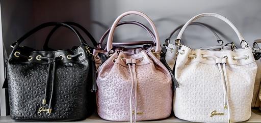 Fekete, rózsaszín, fehér táska, Kép: Premier Outlet