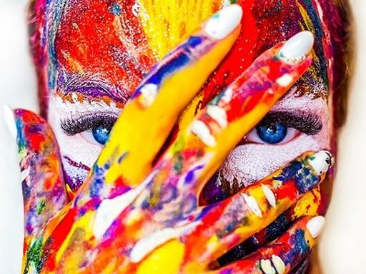 Festékkel festett arc, Kép: Dermetica