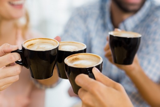 Kávékat fogó kezek, Kép: HáziPatika.com