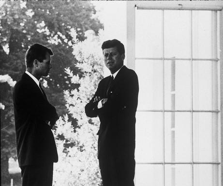 Kémhálózat, Kennedyk egymás közt, Kép: DoQ
