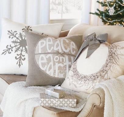 Karácsonyi fotel párnákkal, takaróval, Kép: újHáz Centrum