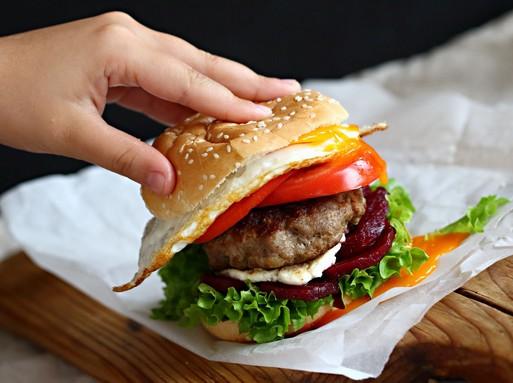 Kecskesajtos-cékás puykaburger, Kép: Gallicoop