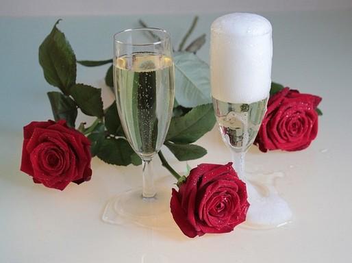Pezsgőspoharak rózsákkal, Kép: pixabay