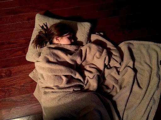 Alvó nő félhomályban, Kép: pixabay