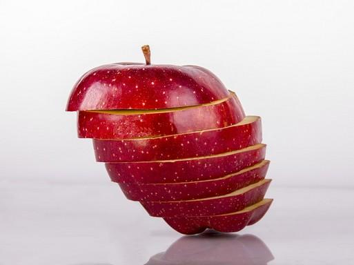 Ferdén szeletelt alma, Kép: pixabay