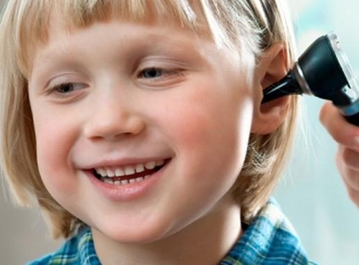 Gyerek fülvizsgálaton, Kép: fülorrgegekozpont.hu
