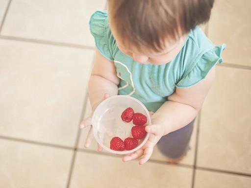 Kislány málnát eszik, Kép: pexels