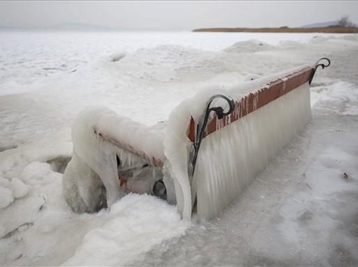 Balatonfenyves, jégcsapok a padon, Kép: MTI/Varga György