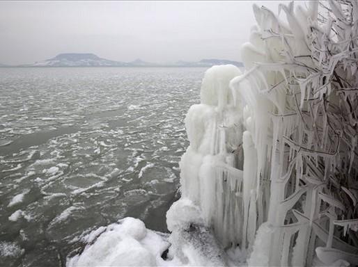 Fonyód, jégcsapok egy bokron, Kép: MTI/Varga György