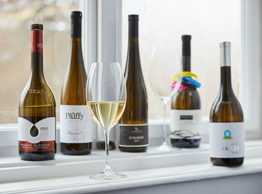 Furmintos üvegek és egy pohár bor, Kép: Furmint Photo