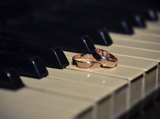 Jegygyűrűk a zongorán, Kép: pixabay