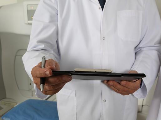 orvos, kezében jegyzetfüzet, Kép: pixabay