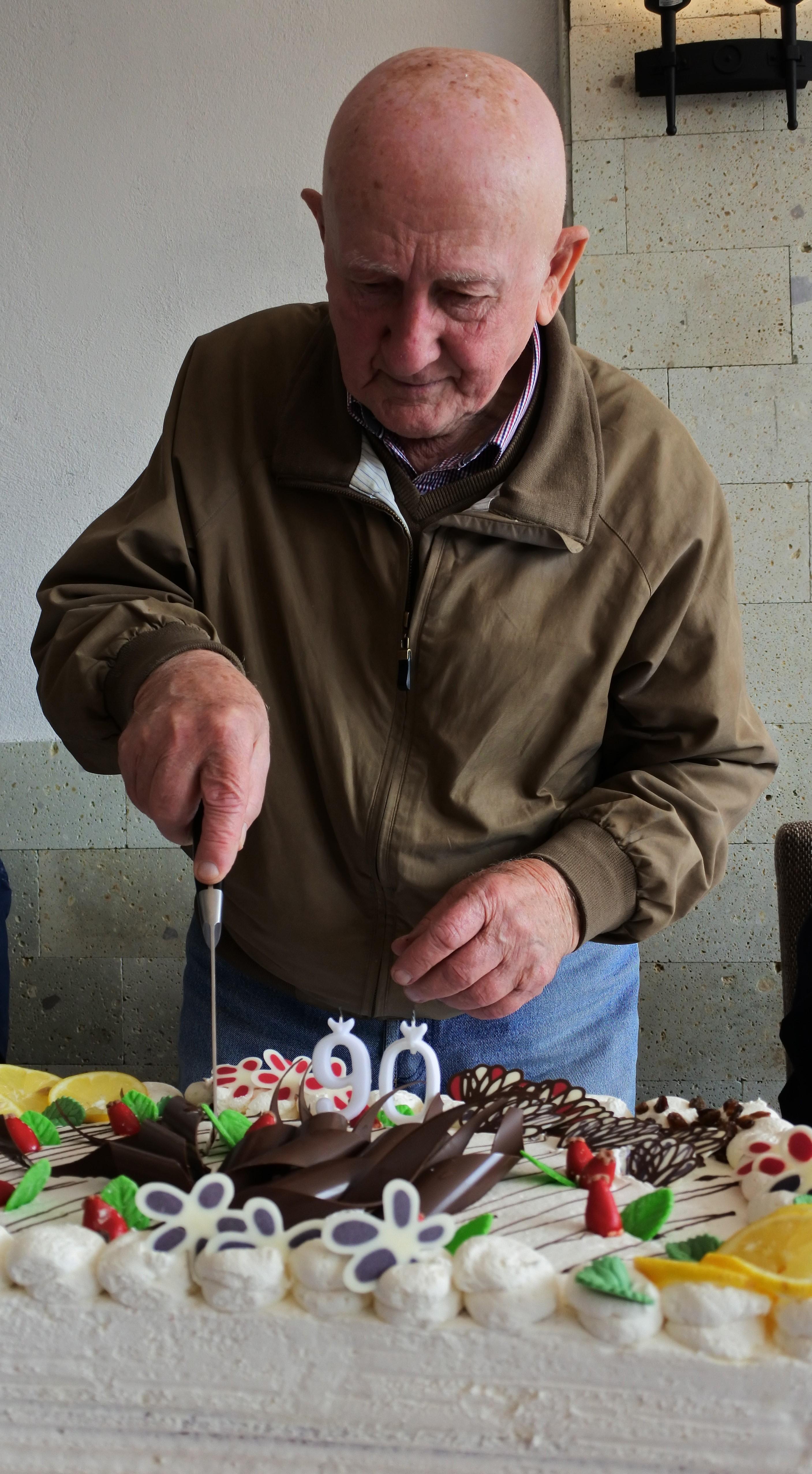 Gyuri bács felvágja a szülinapi tortát, Kép: sajtóanyag