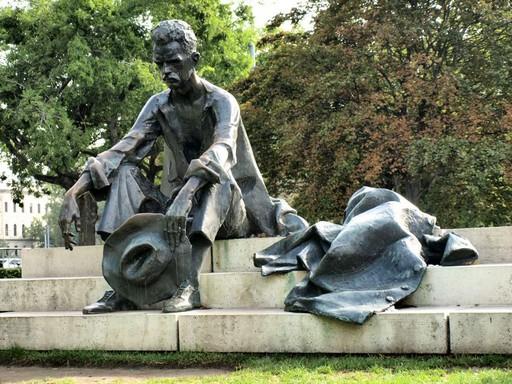 József Attila szobra, Kép wikipedia