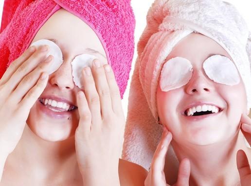 Lányok kozmetikai pamacsokkal, Kép: Herbsgarden
