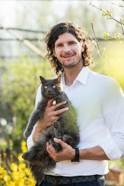 Nagy László cicusával, Kép: PreVital