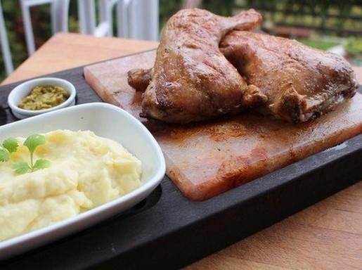 Sótéglákon grillezett csirkecombok, Kép: husimado-eger.blog.hu