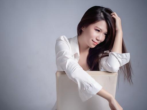 Szép nő széken, Kép: pixabay