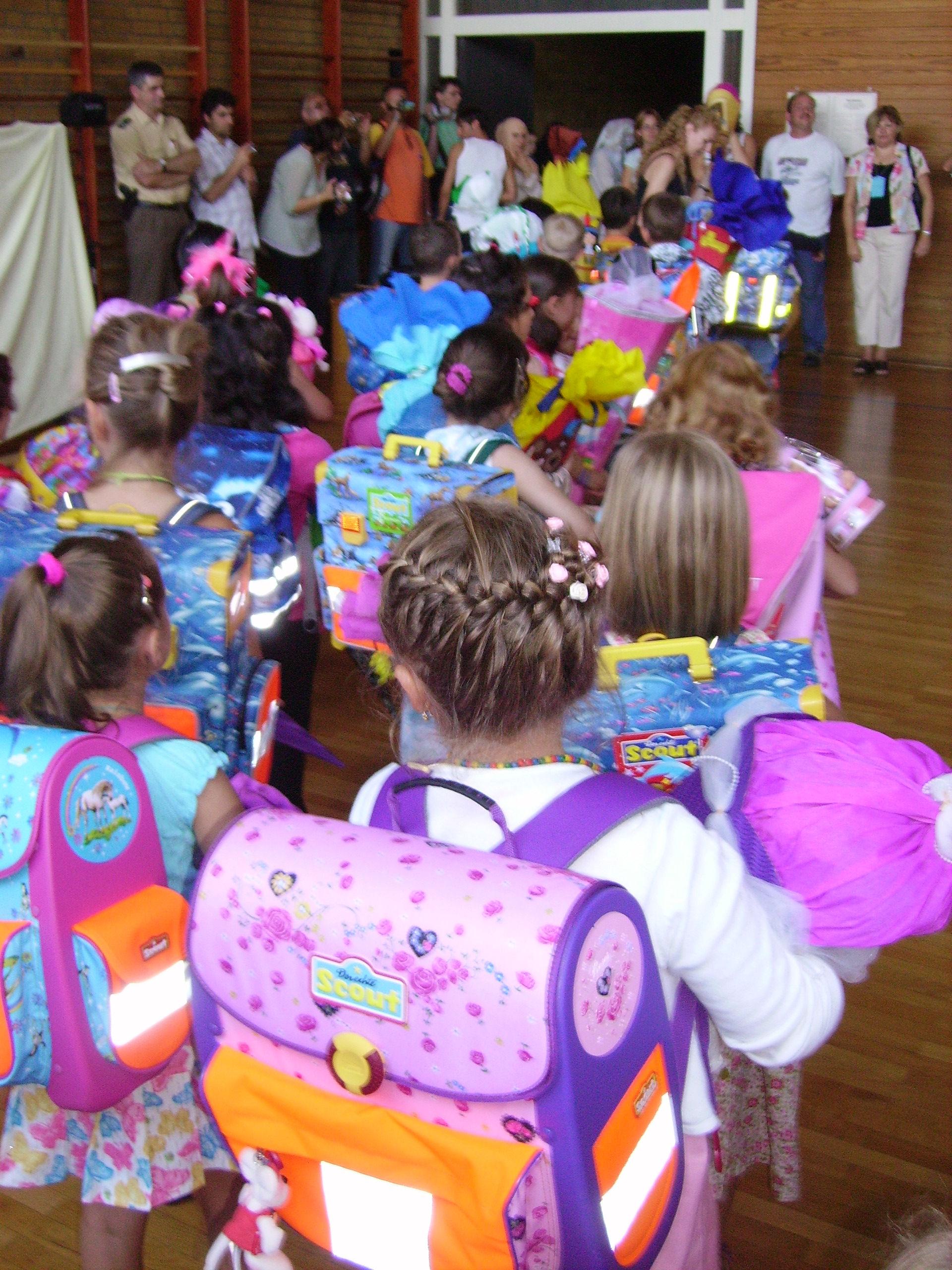 Iskolatáskák kicsi, Kép: wikimedia