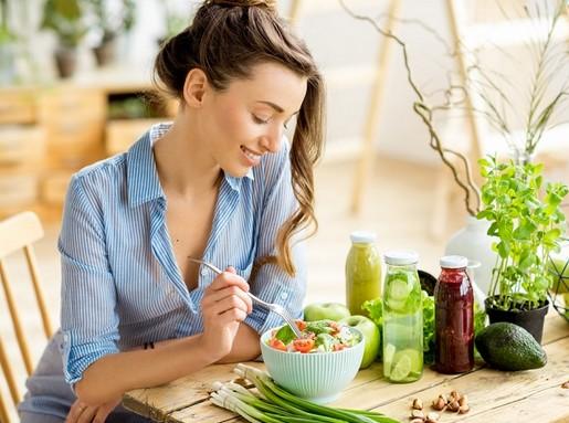 Étkező hölgy, Kép: Budapesti Nagybani Piac