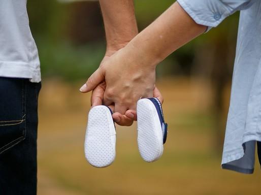 Babacipő egy pár kezében, Kép: pixabay