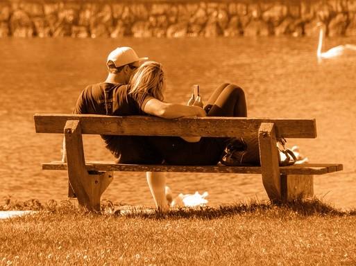 Fiatal pár a padon, Kép: pixabay