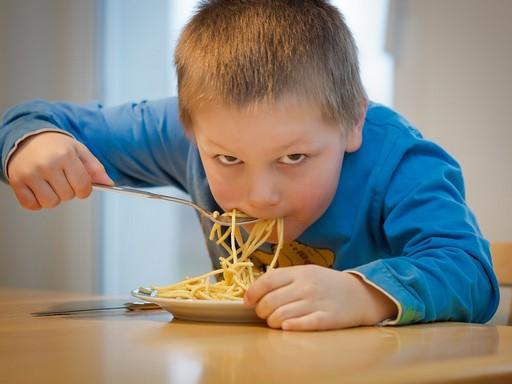 Gyerek tésztát eszik, Kép: pixabay