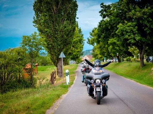 Motorosok érkeznek, Kép: ORF