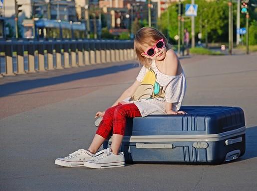 Gyerek ül a bőröndön, Kép: pixabay