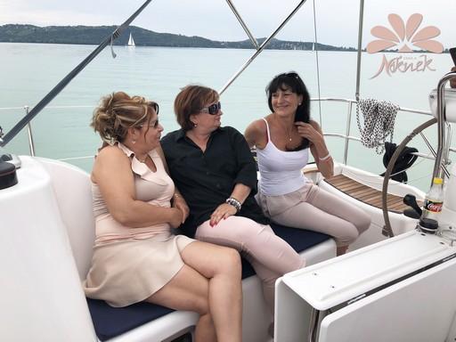 Hárman a Csak a Nőknek Magazin csapatából, Kép: sajtóanyag