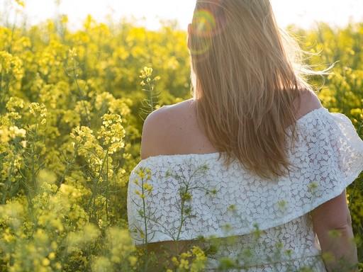 Hölgy a repcében háttal, Kép: pixabay