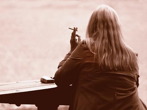 Nőd dohányzik háttal, Kép: pixabay
