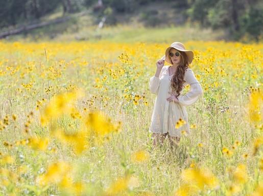 Nyár, szép nő sárga virágokkal, Kép: pixabay