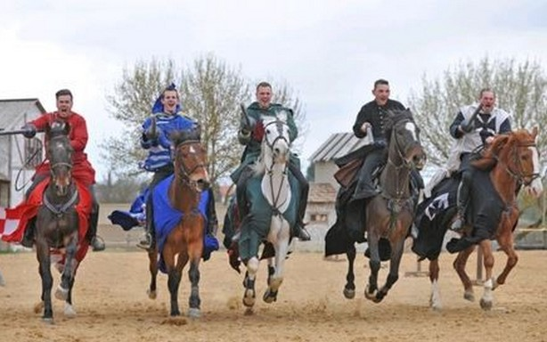 Bikali lovasok, Kép: hungarycard