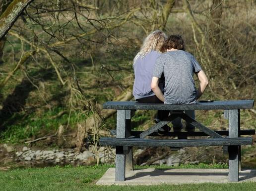 Fiatal pár háttal a padon, semleges, Kép: pixabay