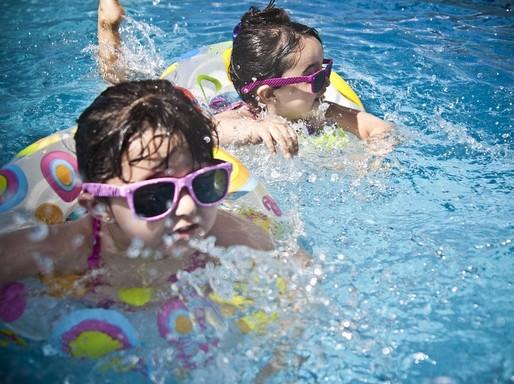 Gyerekek napszemüvegben, vízben, Kép: pixabay