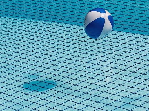Medence strandlabdával, Kép: pixabay