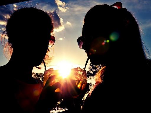 Szívószállal ivó lányok, Kép: pixabay