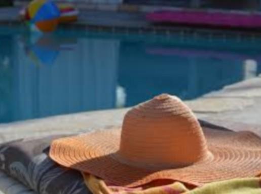 Szalmakalp a medence partján, Kép: pxhere