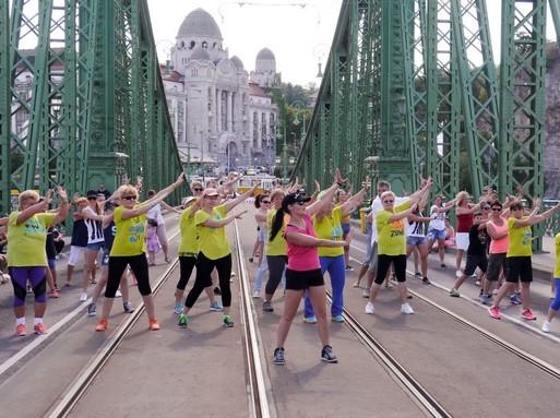 Össztánc a Szabadság hídon, Kép: letsgrove.hu