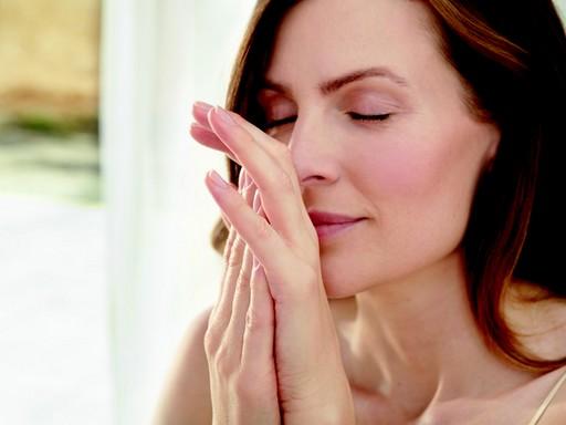 Nő arca és keze tusolás után, Kép: weleda