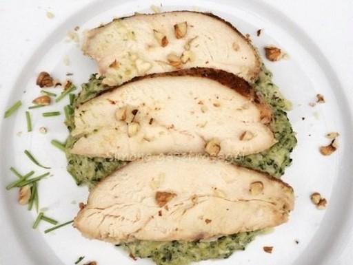 Sült csirkemell brokkoliágyon, Kép: Pammer Lívia