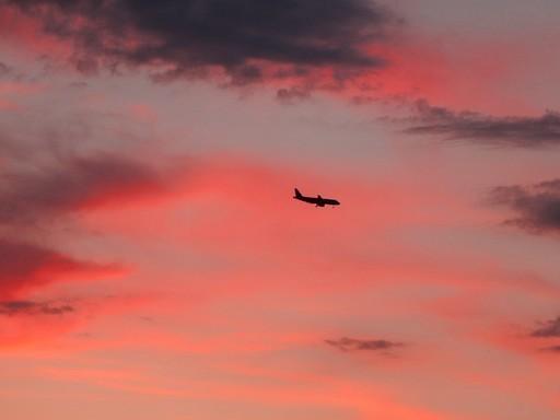 Utasszállító naplementében, Kép: pixabay