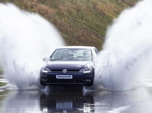 Autó a vízen, Kép: Bridgestone