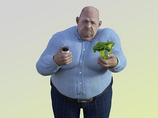 Elhízott ember kezében zöldségekkel, Kép: pixabay