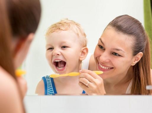 Gyereket fogatmosni tanítják, Kép: Orbit