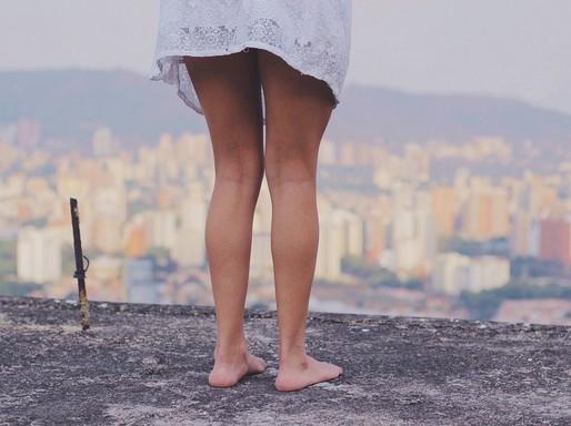 Női lábak, várossal, Kép: pixabay
