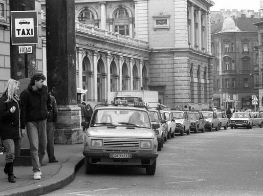 Taxik a Keletinél 1990-ben, Kép: wikimedia