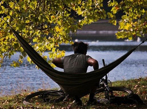 Vénasszonyok nyara, férfi függőágyban, Kép: pixabay